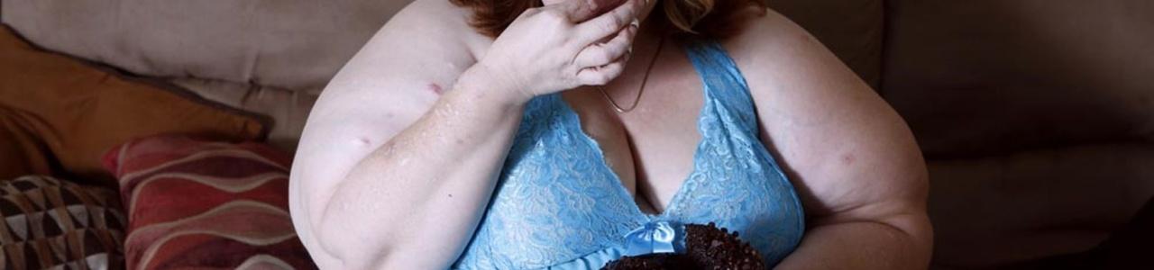 Синдром поликистозных яичников приводит к нарушениям сна и пищевого поведения.